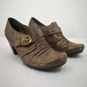 BareTraps Women's 7M Leather Brown Clogs